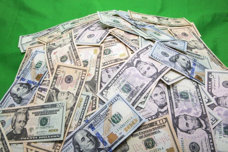 Stos usa waluty zieleni tło obraz royalty free