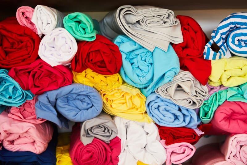 Stos wibrujący kolorowy staczający się w górę runo tkaniny zdjęcie stock