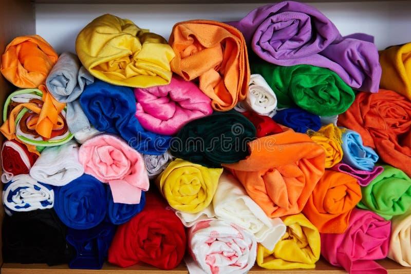 Stos wibrujący kolorowy staczający się w górę runo tkaniny zdjęcia stock