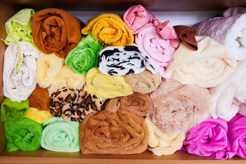 Stos wibrujący kolorowy staczający się w górę runo tkaniny fotografia royalty free