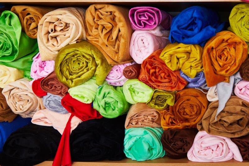 Stos wibrujący kolorowy staczający się w górę runo tkaniny obrazy stock