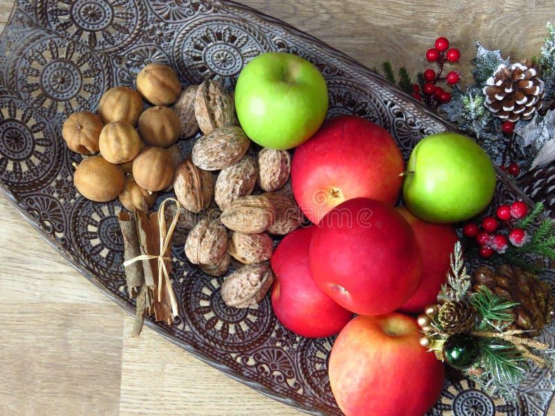 Stos widoków na grzbiet miski mosiężnej Zielone, czerwone jabłka, orzechy włoskie i masa cynamonu Fotografia w stylu ruskim obraz royalty free