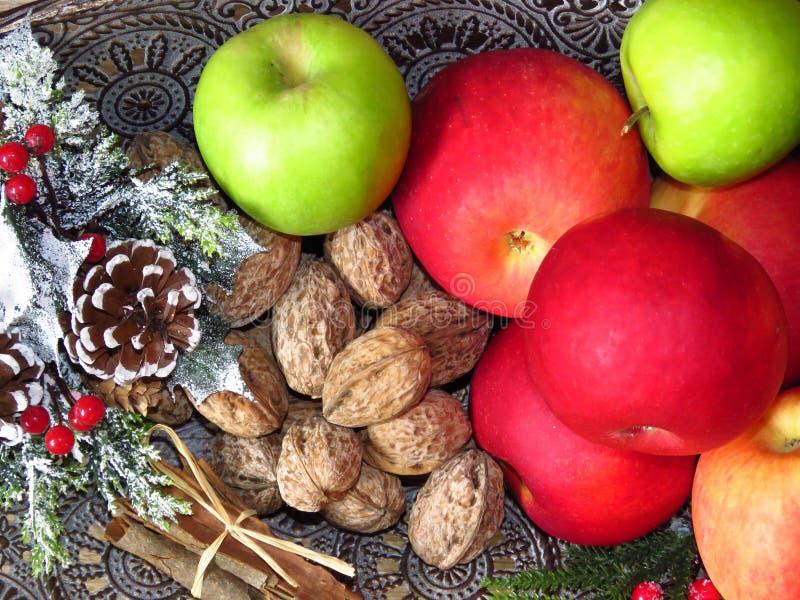 Stos widoków na stolik na stoliku jesiennym Zielone, czerwone jabłka, orzechy włoskie i masa cynamonu Fotografia w stylu ruskim obraz royalty free