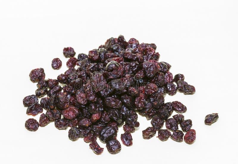 Stos wysuszeni cranberries Suszył cranberries w pucharze na białym tle obraz stock