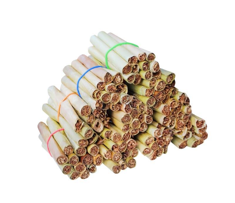 Stos wysuszony bananowy liścia tytoń odizolowywający na białym tle z ścinek ścieżką, handmade obrazy stock