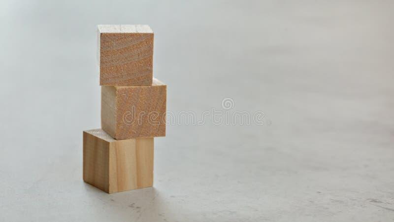 Stos z trzy pustymi drewnianymi sześcianami - dodaje twój listy na białej desce, przestrzeń dla teksta na dobrze obraz royalty free