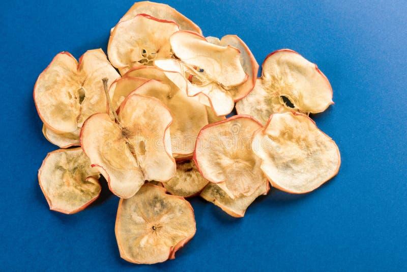 Stos zdrowy naturalny domowej roboty jab?ko szczerbi si? na jaskrawym b??kitnym tle obrazy royalty free