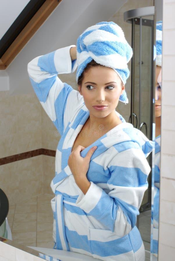stosować śmietankę kobieta jej skóra zdjęcia royalty free