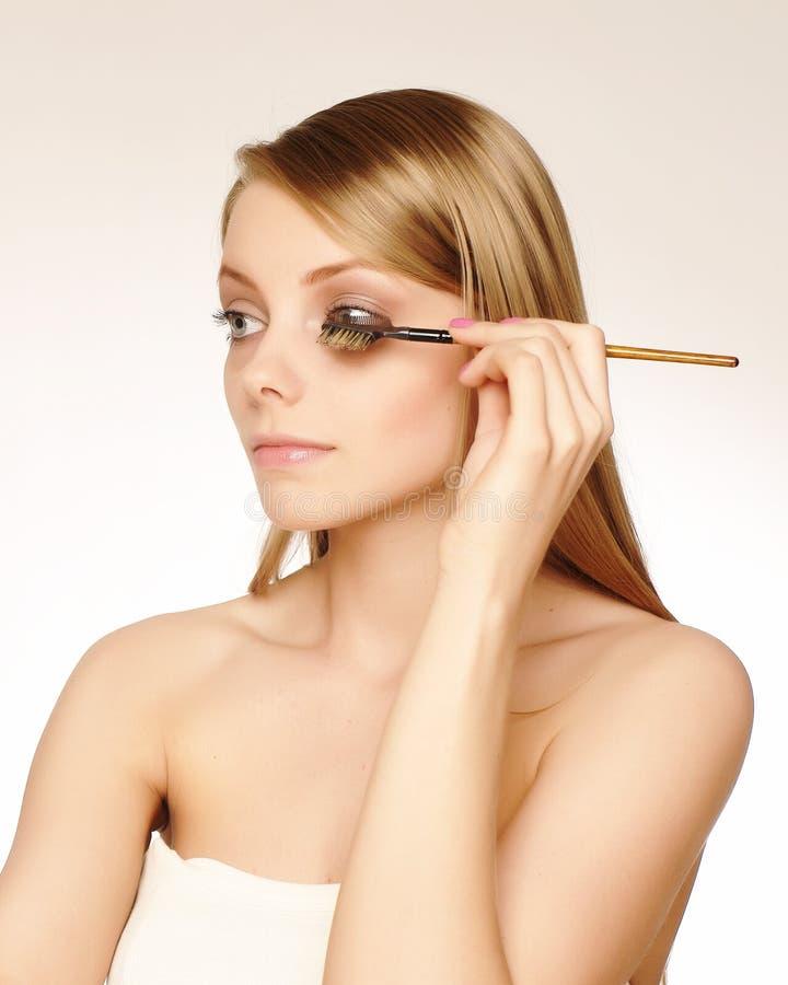 stosować artysty makeup tusz do rzęs obraz stock