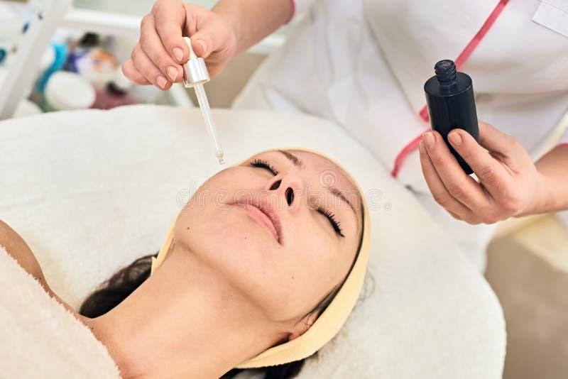Stosować kosmetycznego skóry serum traktowanie fotografia royalty free