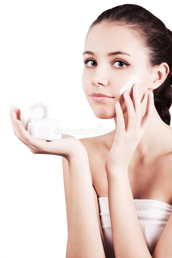 stosować kremowego twarzy dziewczyny moisturizer zdjęcia stock