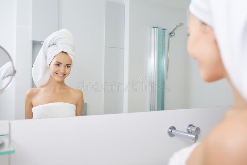Stosować nawilżanie twarzową śmietankę piękna Młoda Kobieta Skincare pojęcie zdjęcia stock