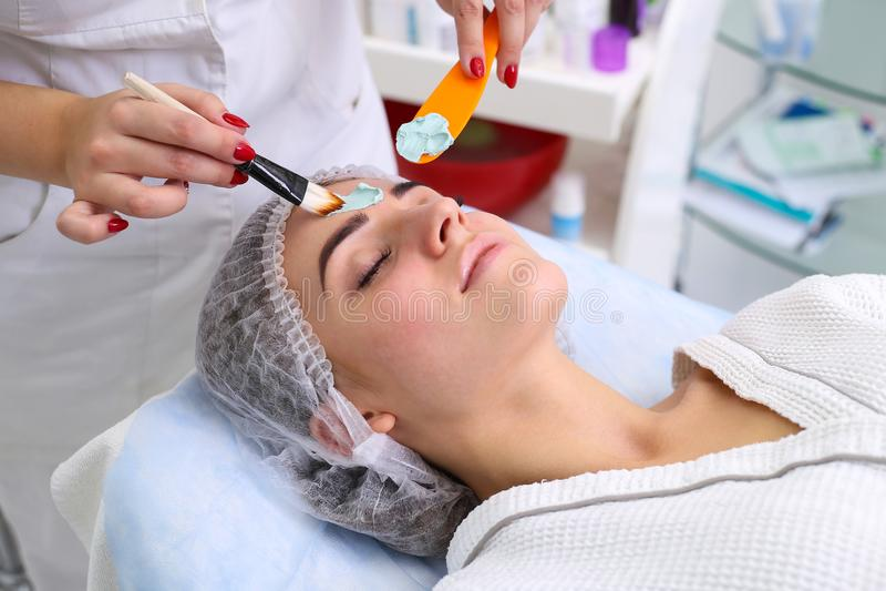 stosowanie opieki skóry przejrzystego lakier kąpielowy piękna składu olej mydli traktowanie zdjęcia royalty free