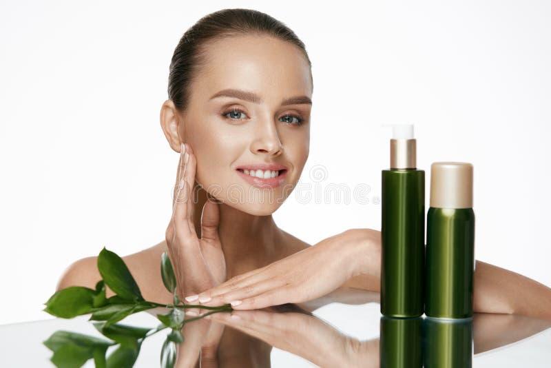 stosowanie opieki skóry przejrzystego lakier Z piękno twarzą piękna kobieta zdjęcia royalty free