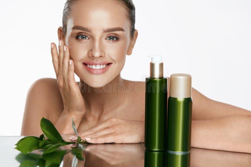 stosowanie opieki skóry przejrzystego lakier Z piękno twarzą piękna kobieta obraz stock