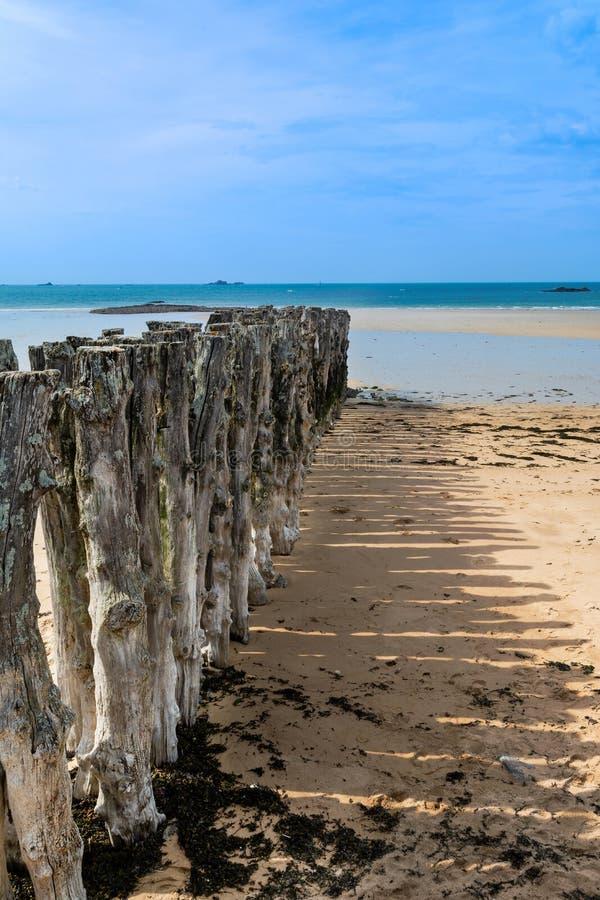 Stosu falochron St Malo plaża w Brittany w Francja obraz royalty free