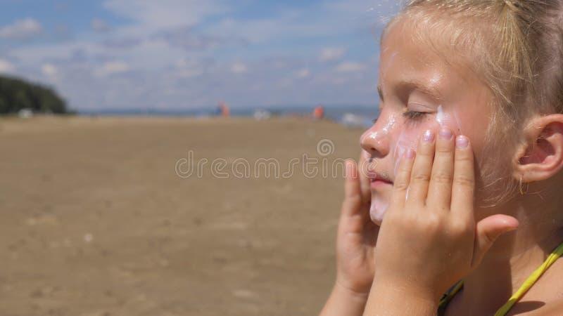 Stosuje sunscreen twarz i ciało obraz royalty free