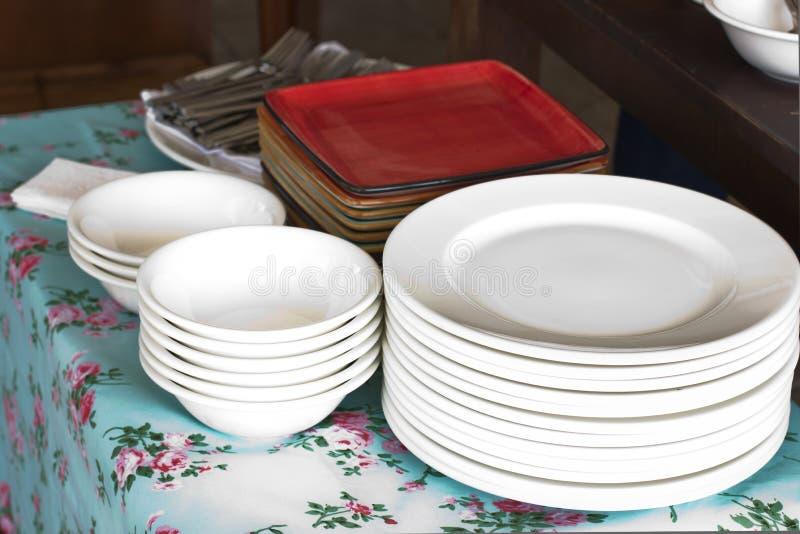 Stosy biali round porcelana talerze i placów czerwonych talerze obrazy royalty free