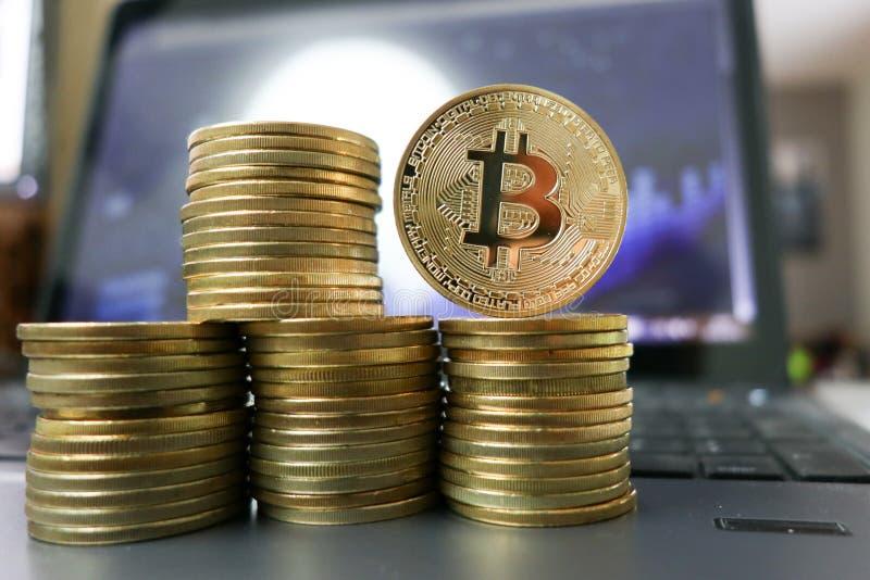 Stosy kłaść na komputerowej klawiatury wartości pojęciu złoty Bitcoin obraz stock
