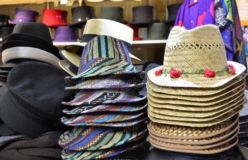 Stosy kapelusze na pokazie w sklepie fotografia stock