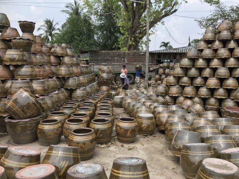 Stosy przygotowywający dostarczać klienci ceramiczny materiał, dokąd pracownicy brać na swoje barki mnie ciężarówka zdjęcie royalty free