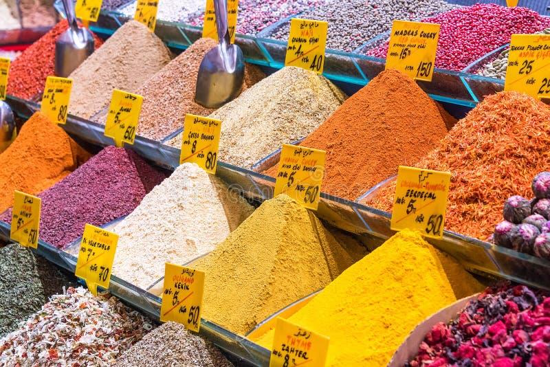 Stosy tradycyjne Tureckie pikantność z cen etykietkami przy krajowym ulicznym rynkiem obrazy royalty free