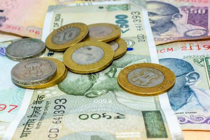 Stosy walut Indiańskie rupie w notatkach i monety w różnych wyznaniach obraz stock