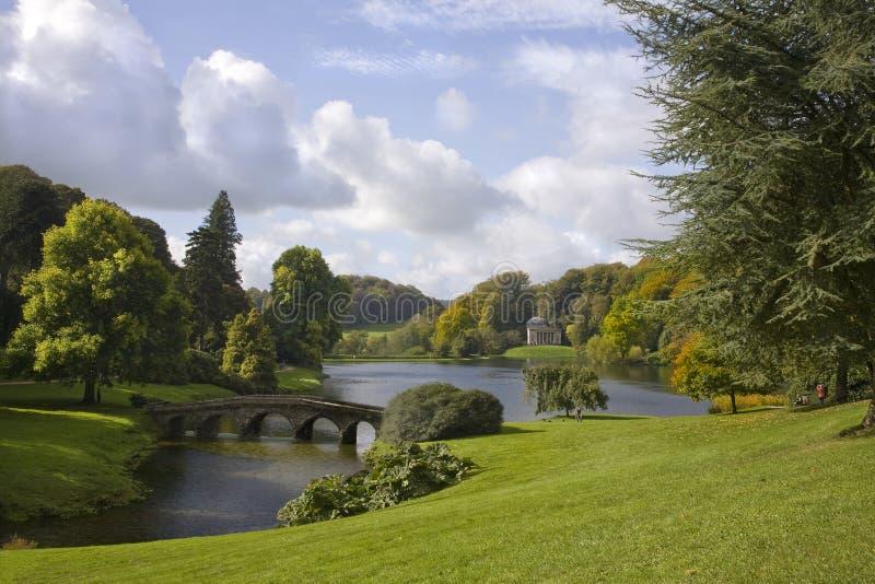Download Stourhead trädgårdar arkivfoto. Bild av park, gräs, monument - 27286596