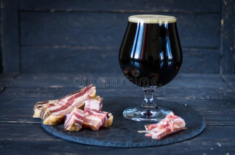Stout Bier in einem Glas Bier mit Rucken lizenzfreie stockfotos