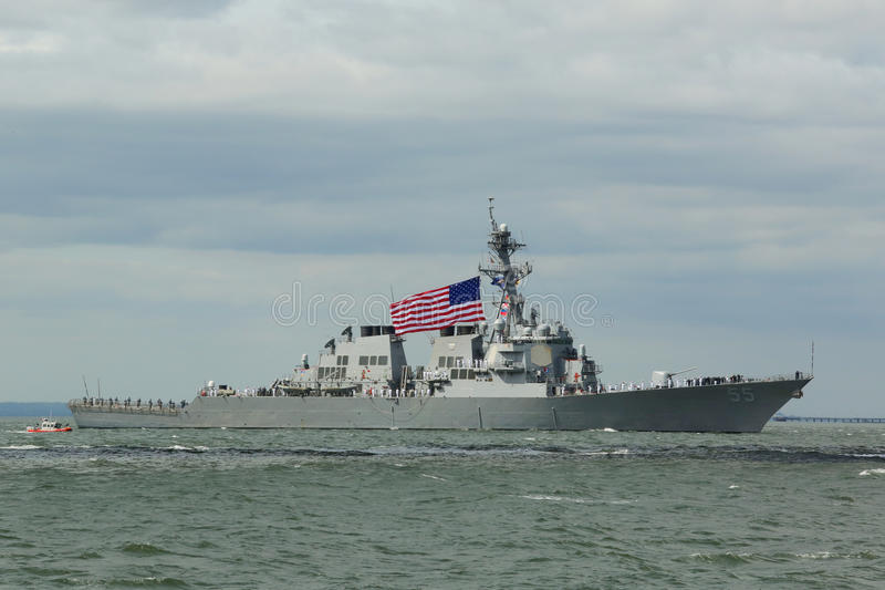 Stout Lenkwaffenzerstörer USSs der Marine Vereinigter Staaten während der Parade von Schiffen an Flotten-Woche 2015 stockbild