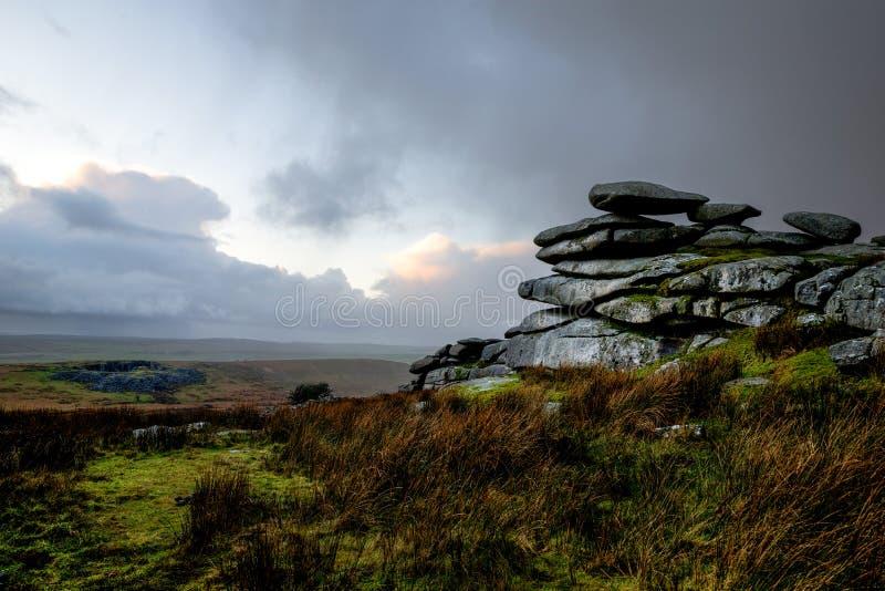 Stowes wzgórza Tor z ponurym burzowym niebem, kolonel, Cornwall, UK obrazy stock