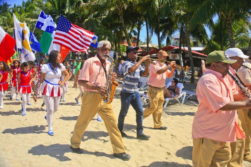 StPatrick dnia orkiestry marsszowa parada na plaży, Cabarete, republika dominikańska zdjęcia royalty free