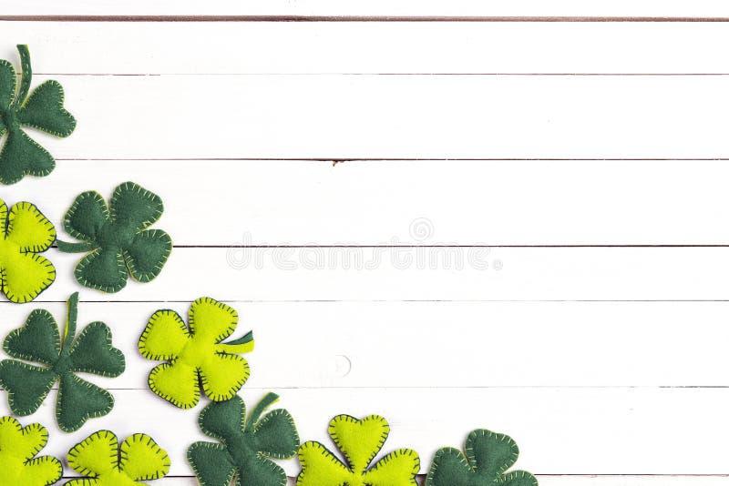StPatrick ` s dnia tło z odczuwaną liść koniczyną na bielu zdjęcie stock