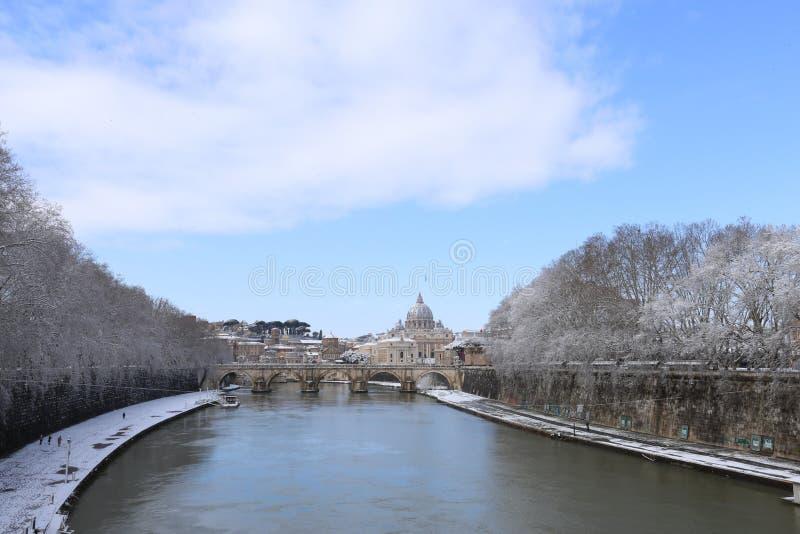 StPeter basilika och Vaticanen som täckas med snö royaltyfri bild