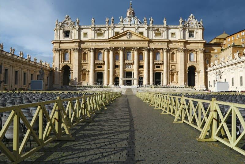 StPeter quadrado apronta-se para a audiência papal foto de stock