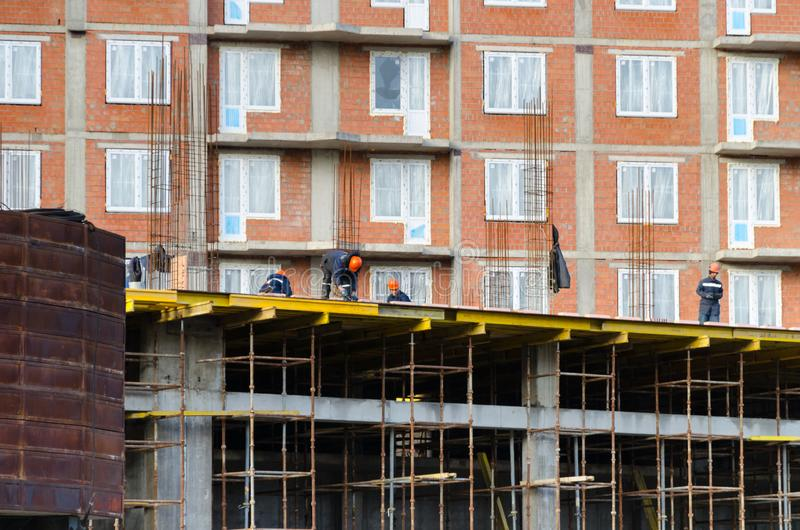 StPetersburg La Russie - octobre 23,2018 : Les travailleurs construisent une maison à plusiers étages photo libre de droits