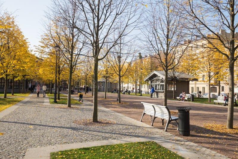 StPetersburg nya Holland, folk går i bra höstväder royaltyfri fotografi