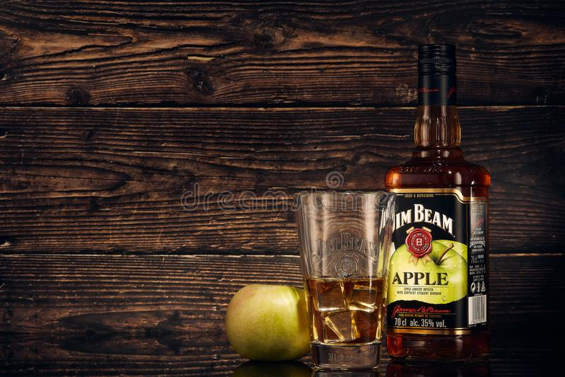 StPetersburg, Russia - novembre 2018 - bourbon di Jim Beam Apple fotografia stock