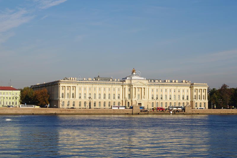 StPetersburg, Russia - 7 ottobre 2014: viste dall'accademia del fiume di Neva delle belle arti fotografia stock