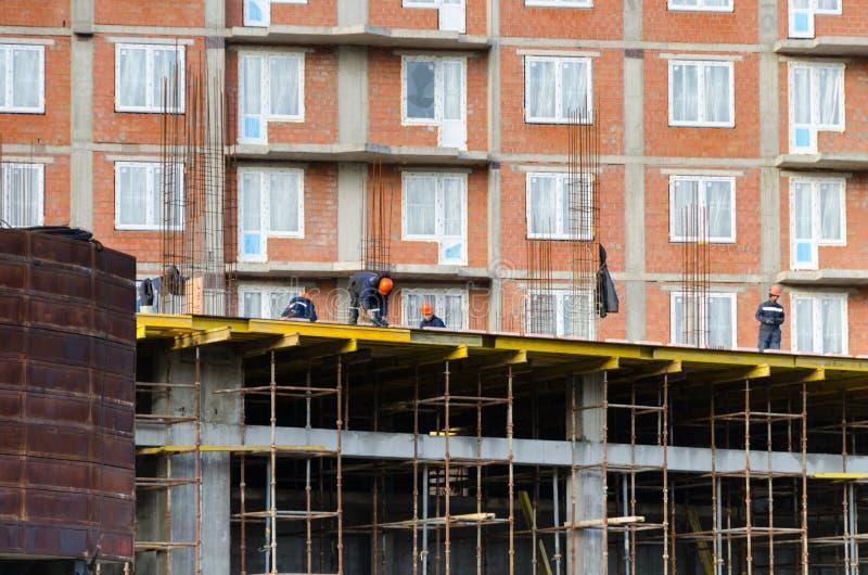 StPetersburg Ryssland - Oktober 23,2018: Arbetare bygger ettvåning hus royaltyfri foto