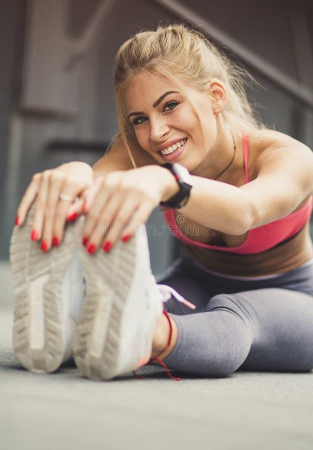 Sträck dina muskler efter övning arkivfoton