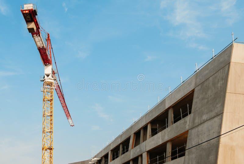 Sträcka på halsen på konstruktionsplatsen av en modern skola arkivfoto