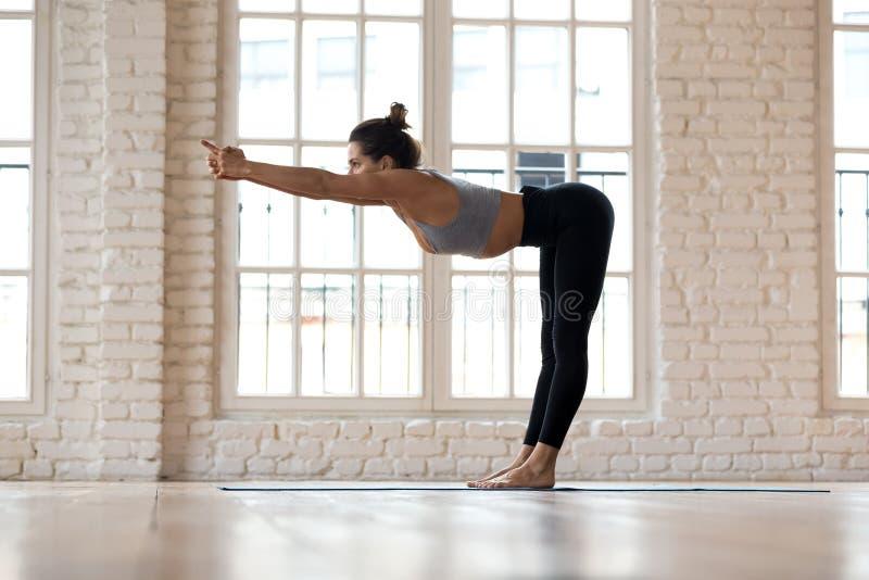 Sträcker övande yoga för den sportiga kvinnan som gör inbindningsmuskler, exerci arkivbild
