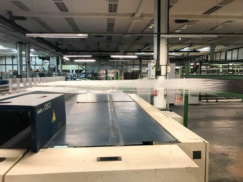 Sträckta exponeringsglastrådar Tillverkning av glasull royaltyfri foto