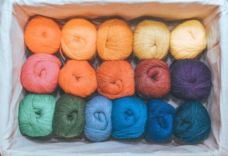 Stränge von bunten Faden in warme Farben für Stickerei und Nähen im Kasten stockfotografie