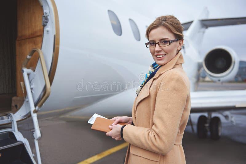 Stråla damen som går på bräde för privat nivå royaltyfria foton
