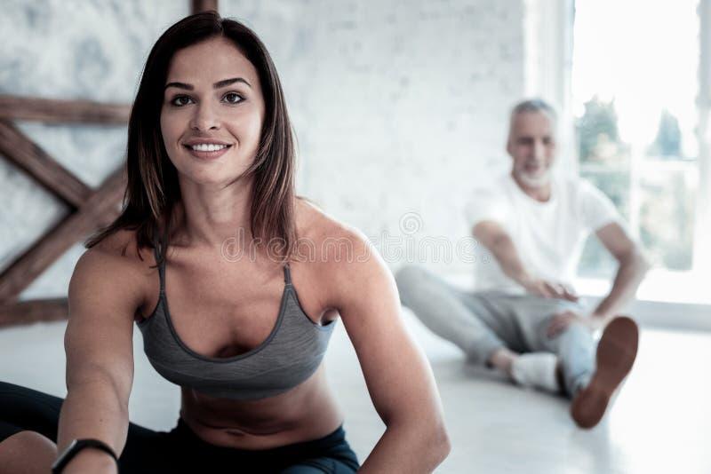 Stråla den unga damen som får upphetsad över yogaperiod fotografering för bildbyråer