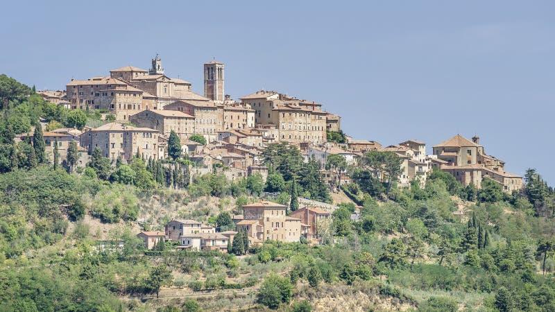 Strålande syn på bergsbyn Montepulciano, Siena, Italien, i Toskana, på en solig dag fotografering för bildbyråer