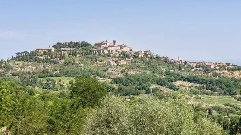 Strålande syn på bergsbyn Montepulciano, Siena, Italien, i Toskana, på en solig dag arkivbild