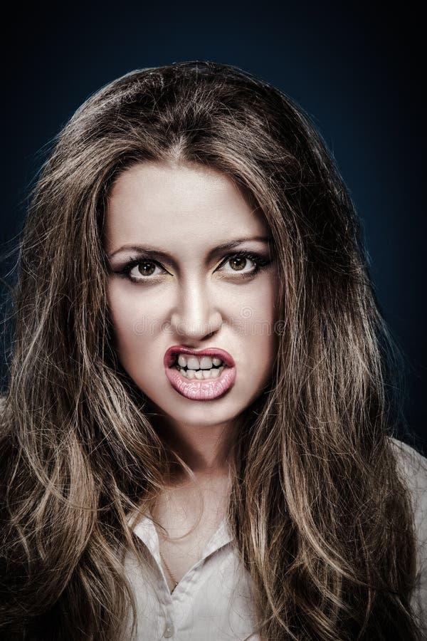 Strålande ung arg kvinna Negativt humant känsloansikte fotografering för bildbyråer
